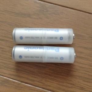 電池スペーサーの中に単4電池を入れる