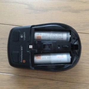 単4電池が入った電池スペーサーをマウスにセット