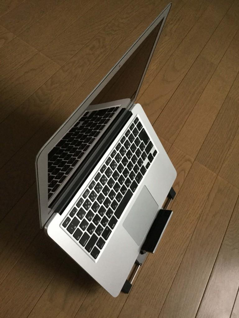 サンワのノートパソコンスタンド iPadスタンド ノートPCのディスプレイを上にあげた時の横