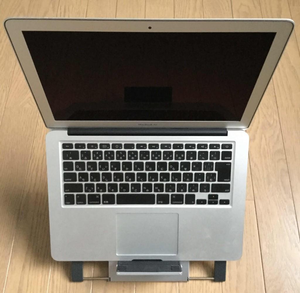 サンワのノートパソコンスタンド iPadスタンド ノートPCのディスプレイを上にあげて設置