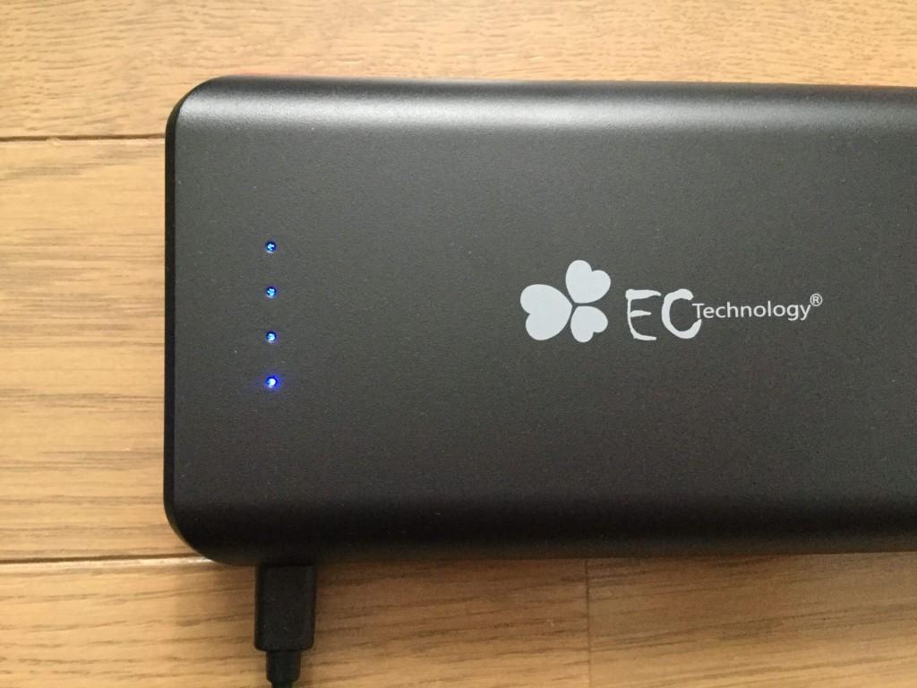 EC-Technology-POWERBANK  22,400mAh 給電するとLEDランプが点滅