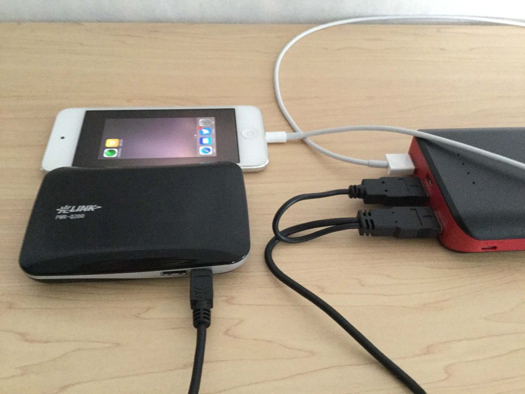EC-Technology-POWERBANK  22,400mAh iPod Touchと光ポータブルの「PWR-Q200」を充電