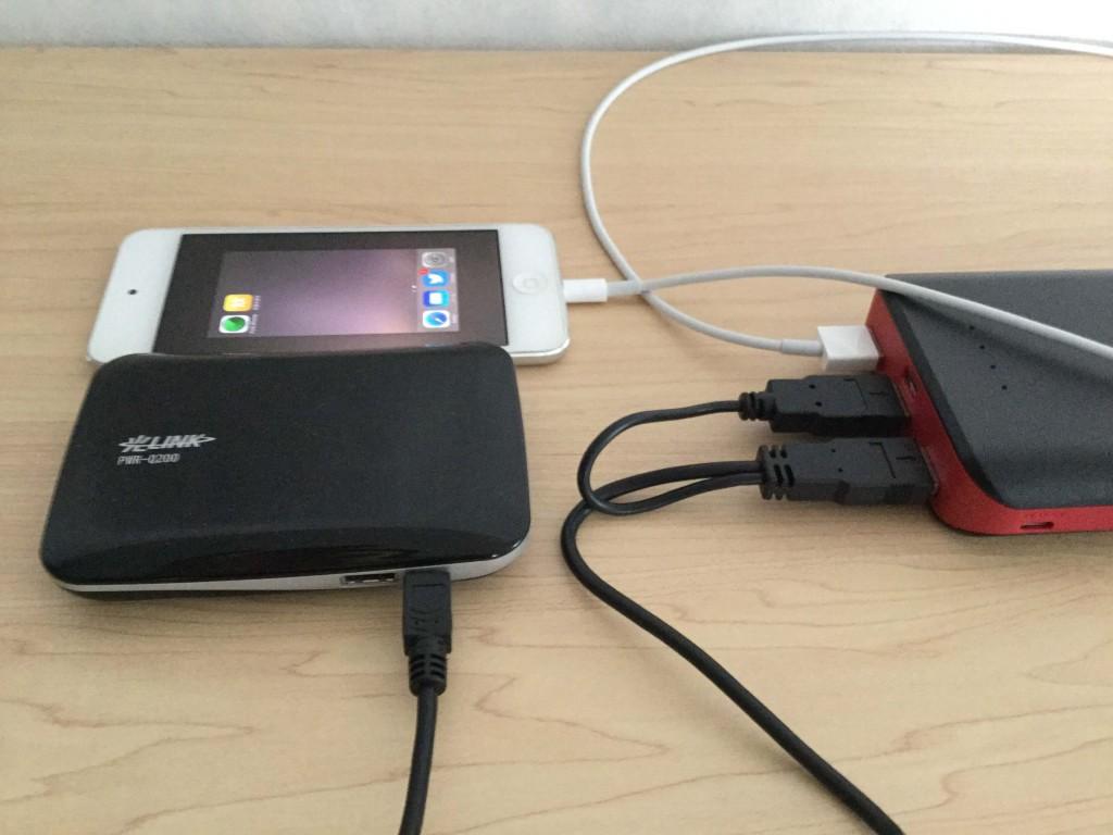 EC-Technology-POWERBANK  22,400mAh iPod Touchと光ポータブルの「PWR-Q200」を充電