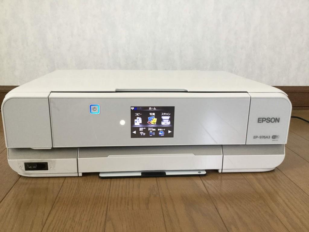 EP-976A3 正面のにあるディスプレイ、または左右のアイコンからプリンターの各種操作を行い