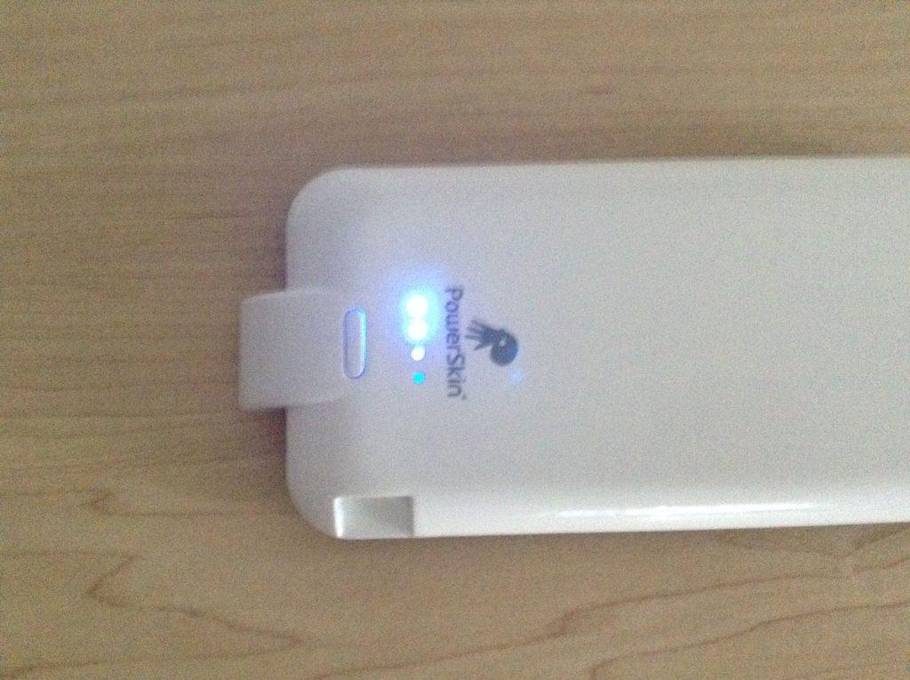 Xpal PowerSkin AP2007-WH バッテリーは電源ボタンを長押しすることで作動