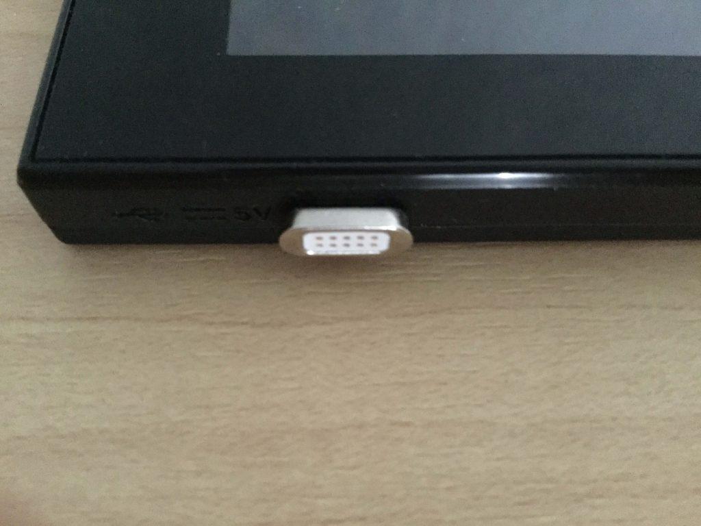 モバイルWi-Fiルーター「NEC Aterm MR04LN」にコネクタを差し込み