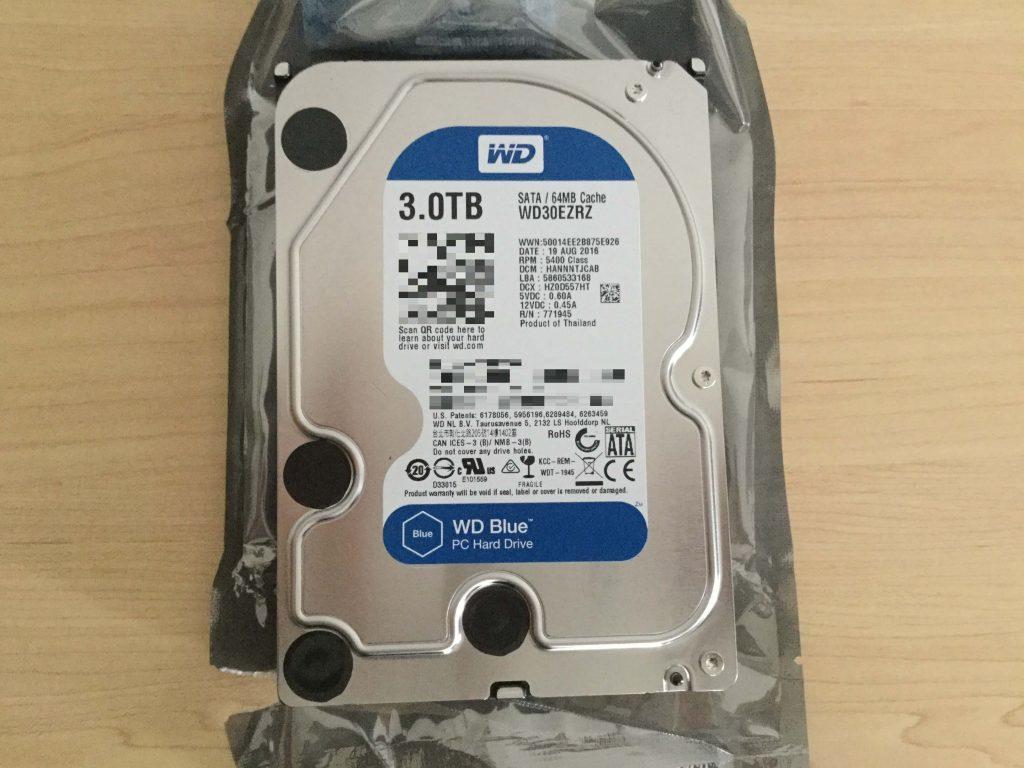 3TB「WD Blue」張り付けられている用紙が青い