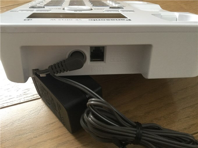 パナソニック 電話機(VE-GD35DL-W) 電話機本体の上部にモジュラーケーブルの差し込み口とアダプタを接続する端子