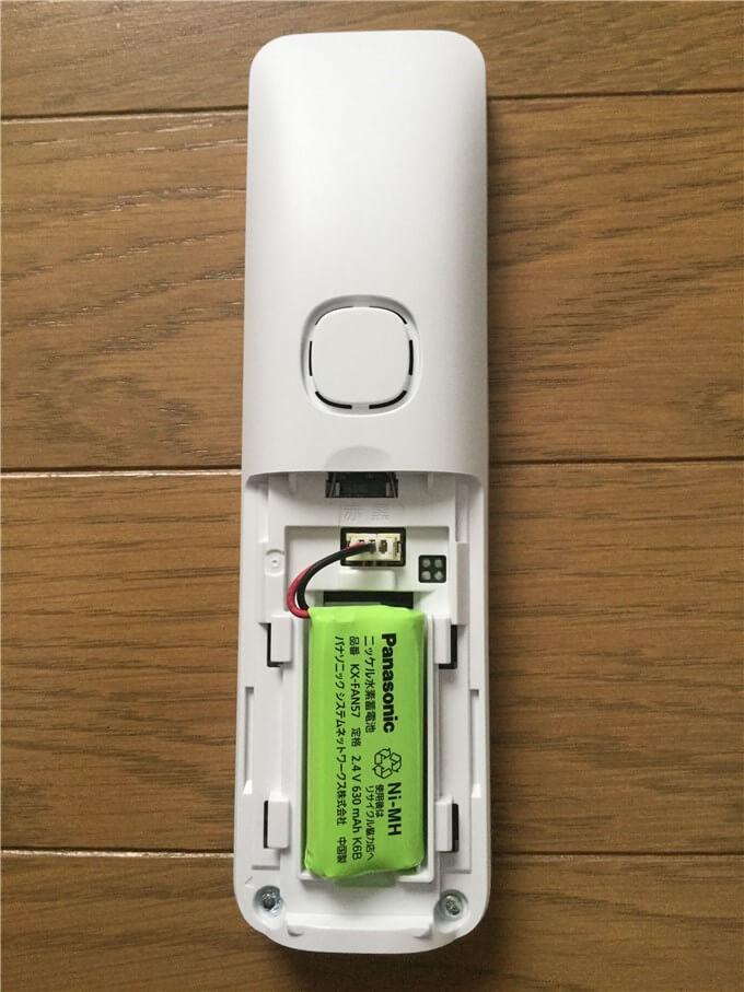 パナソニック 電話機(VE-GD35DL-W) 子機にバッテリーをセット