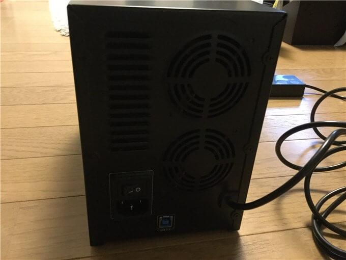 裸族のカプセルホテル5Bay 電源スイッチとUSBポート、電源コードの差し込み口、ファンが2つ