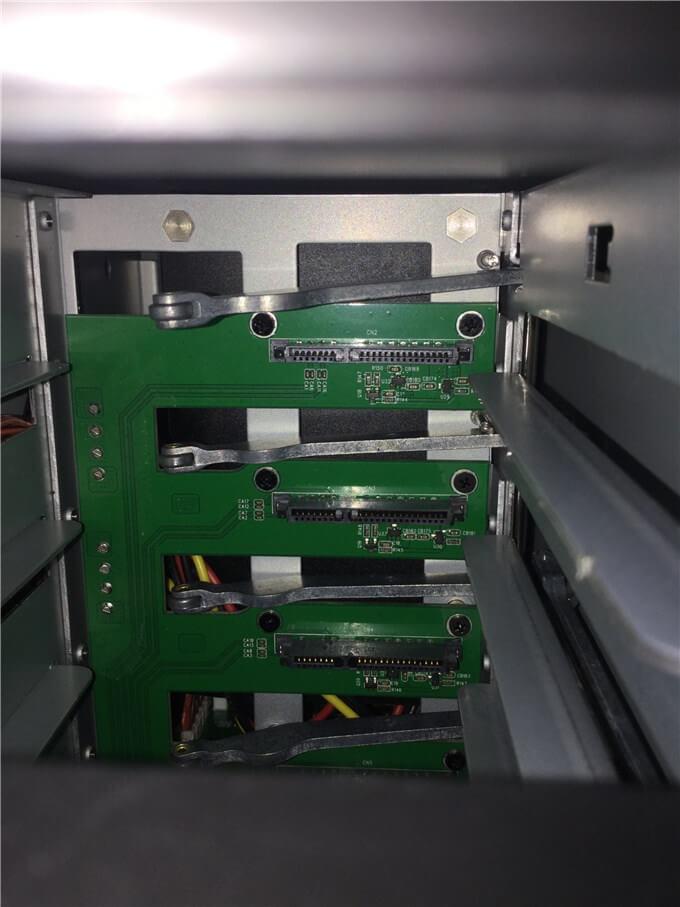 裸族のカプセルホテル5Bay 奥に基盤とHDD/SSDを差し込む端子がある