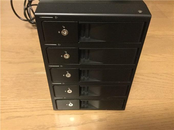 裸族のカプセルホテル5Bay HDDを差し込むbayが5つある