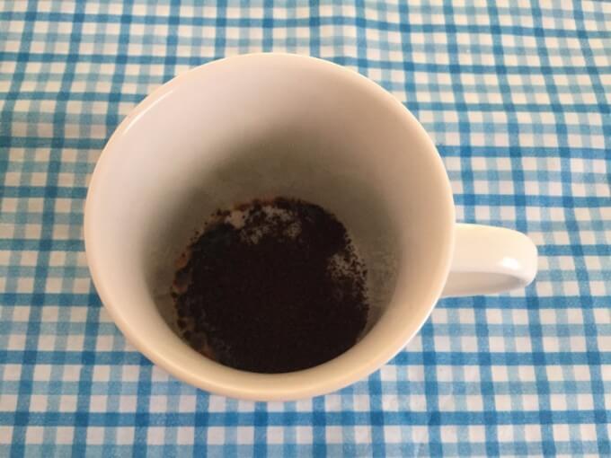 AGF ブレンディ インスタントコーヒースティック 2g×100P カップにコーヒーの粉末を投入