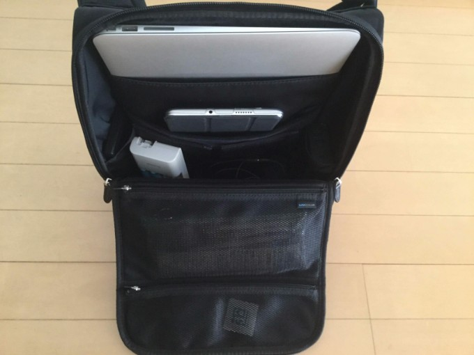 ひらくPCバッグmini 13インチのMacBookAirも入る