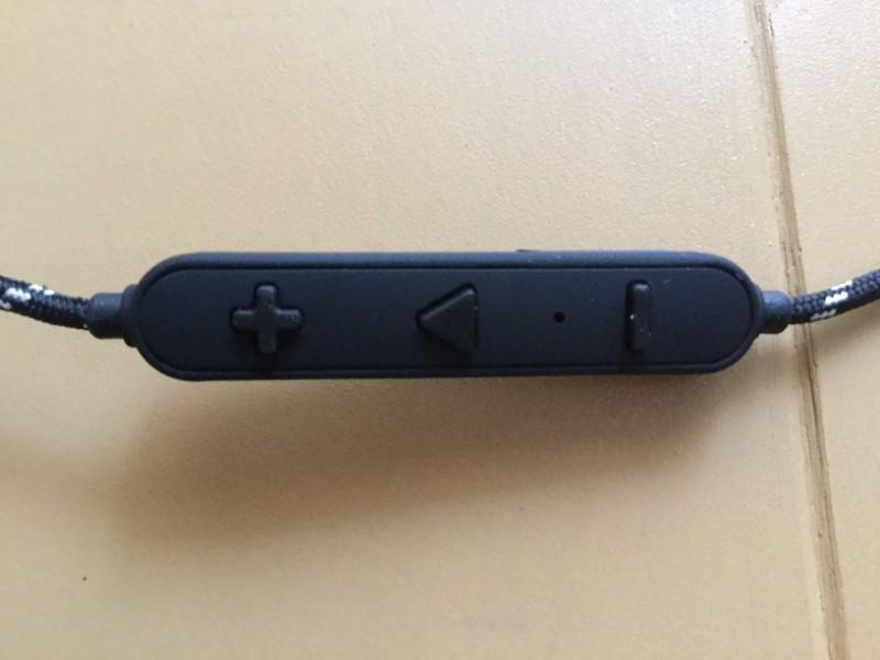 Gvoears Bluetoothワイヤレスイヤホン 操作キーに音量、電源用ボタンがある