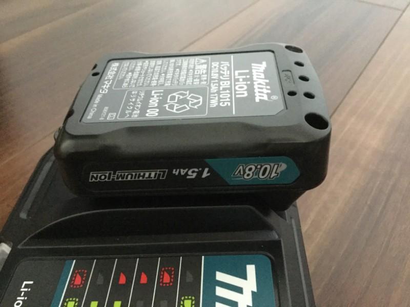 マキタ 充電式クリーナ L107FDSHW 充電器に取り付ける際もしっかりと押し込む