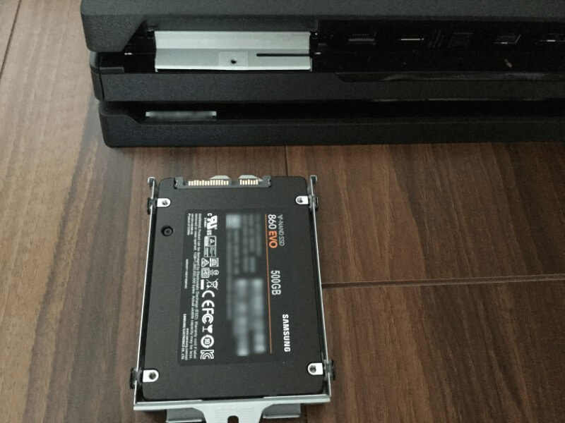 PS4 ProにSSDを換装 SSDをケースに取り付けネジを止める