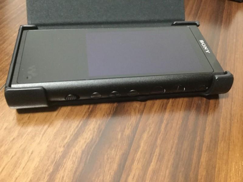 ckl-nwzx300b ケースを装着したまま操作することができる