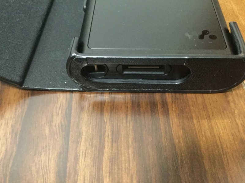 ckl-nwzx300b ストラップの穴やPCなどに接続する接続口が開いている