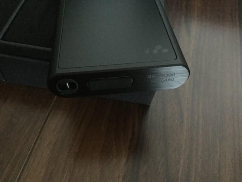 NW-ZX300 ストラップをつける通しとUSBケーブルを接続する部分