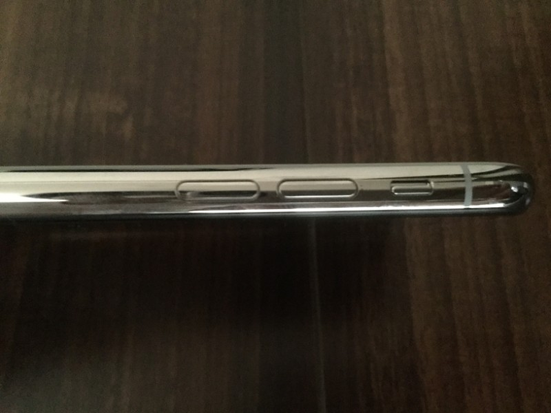 iPhone XS 左サイドは音量とサウンドのオン/オフボタン