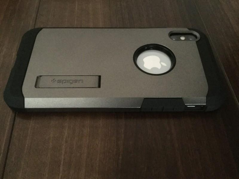 Spigenケース スタンド機能 タフ・アーマー Appleのロゴとカメラ部分はぬき、スタンドは内部に収納