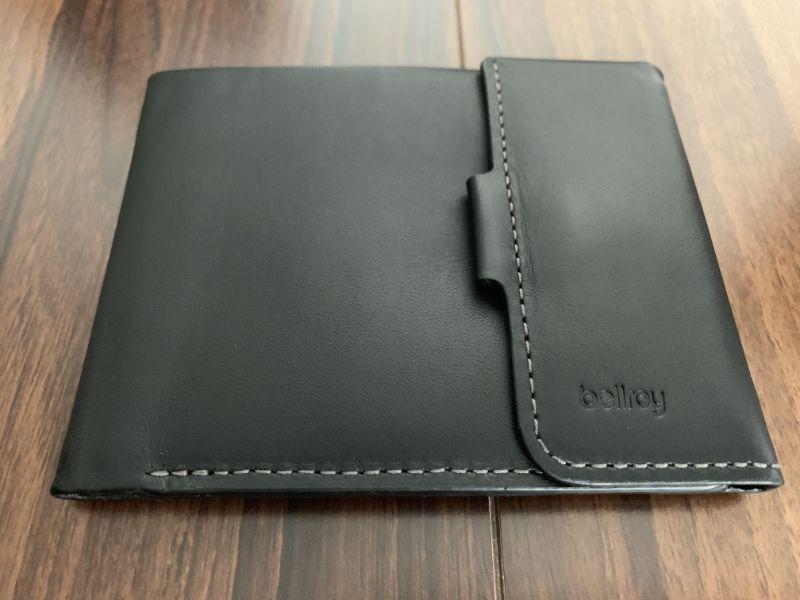 Bellroy Coin Fold カラーはブラックで素材レザー、右下にロゴが記載
