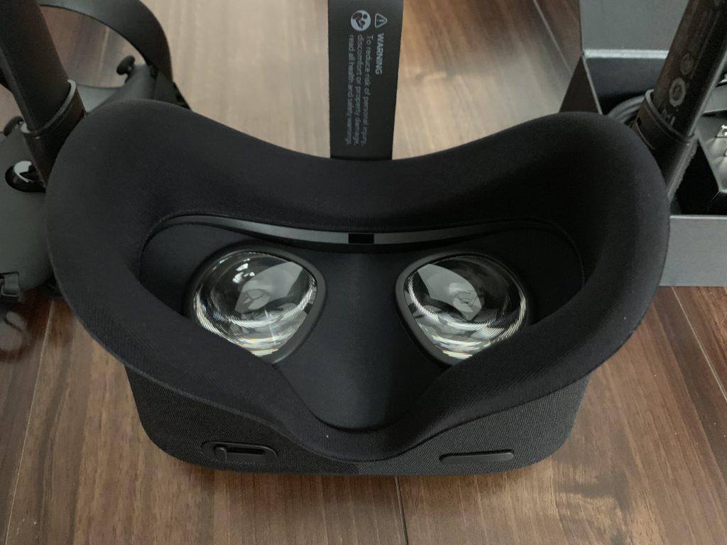 Oculus Quest フェイス部分はクッションとヘッドストラップがついている