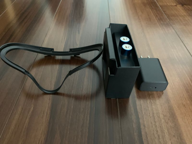 Oculus Quest USB Type-Cケーブル、USB Type-C用ACアダプタ、コントローラー用単3電池2個、メガネスペーサー