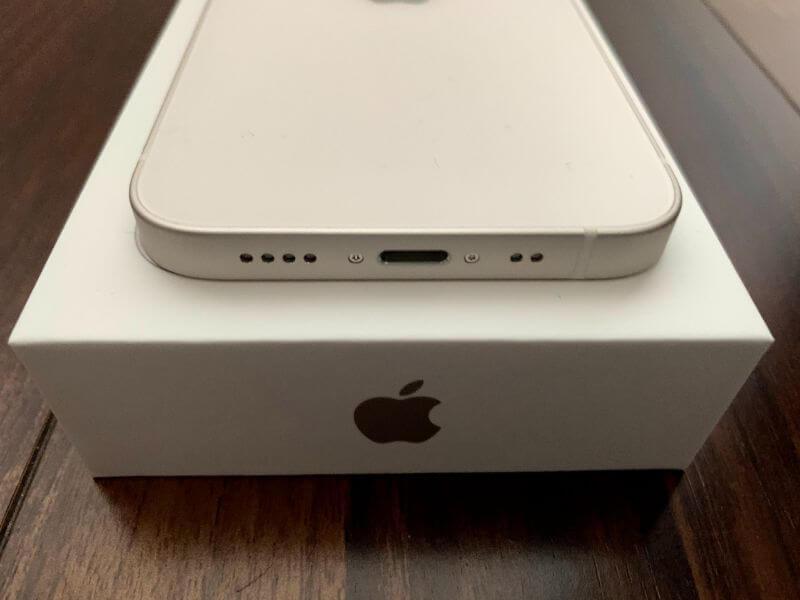 iPhone 12 mini 下側はケーブルを接続する端子穴