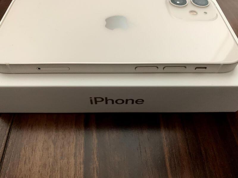 iPhone 12 mini 左側には音量ボリュームボタン、SIMスロット、音声のオンオフボタン