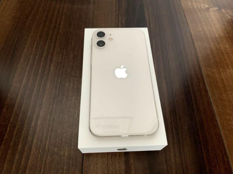 iPhone 12 mini 背面は少し光沢がかかっている